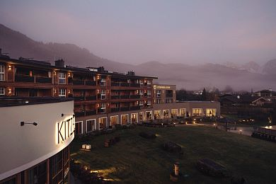 Die Kitzbühel Lodge vor Tirols Bergpanorama